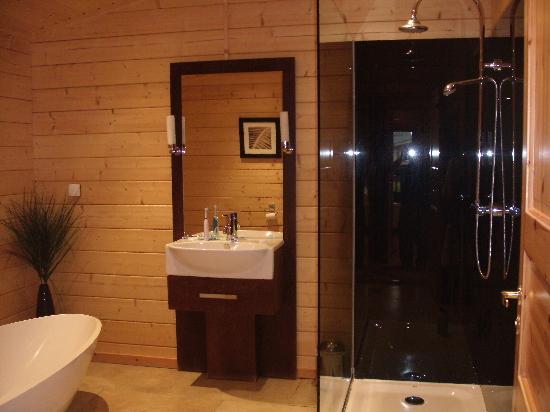 Dacre Lakeside Park: The huge walk in shower ..x