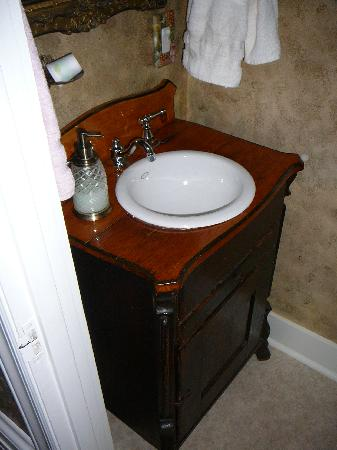 Azalea Manor Bed and Breakfast: The bathroom sink.
