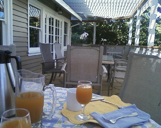 Meadowlark Country House: breakfast patio