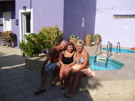 Haraki, Grecia: My wife & I with  new friend Charlotte by the Jacuzzi's