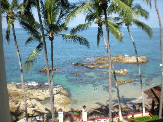 Lindo Mar Resort: View from 4th floor.  Great snorkeling around all those rocks!