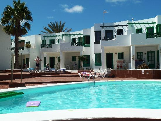 Luz y Mar Apartments: View from other side of pool