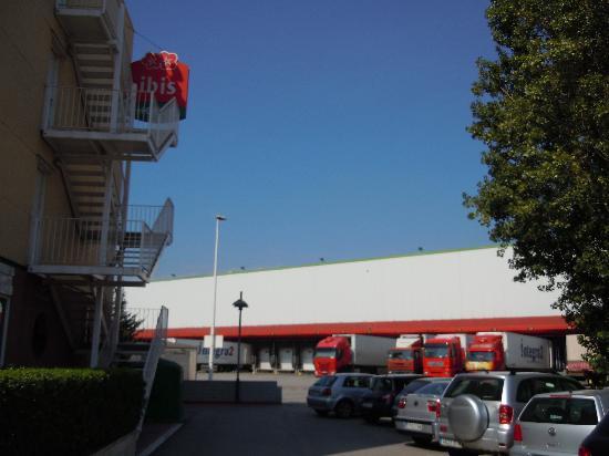 Ibis Budget Barcelona Sant Andreu de La Barca: Logistics co - next to hotel