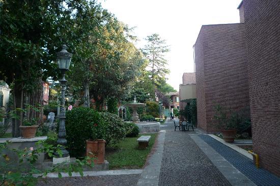 Kaire Hotel: parco