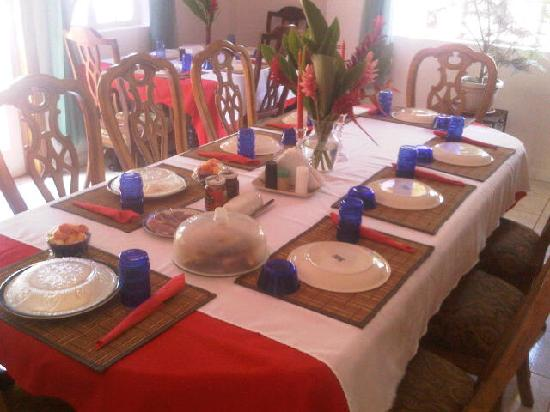 Crosswinds Villa Bed & Breakfast: Photo of the setting of the dining area....quite inviting and homey