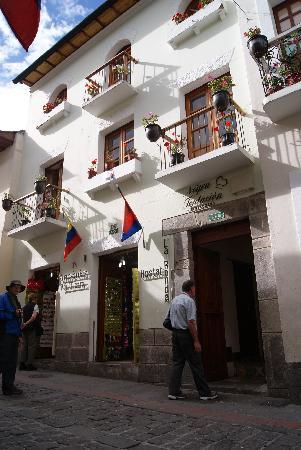 Hostal La Ronda: Fachada con nuestros huéspedes