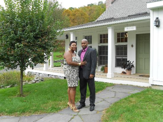 East Chatham, Nova York: front of the house (me and my husband)
