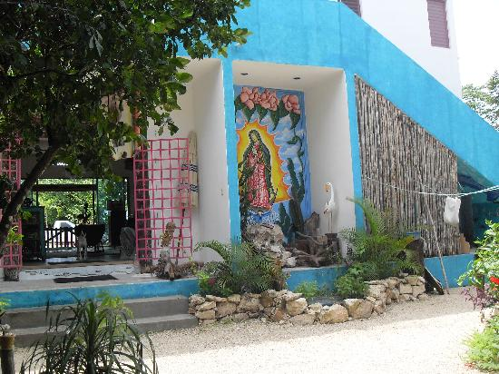 El Jardin de Frida: Vista de la entrada de recepcion desde el Jardin central