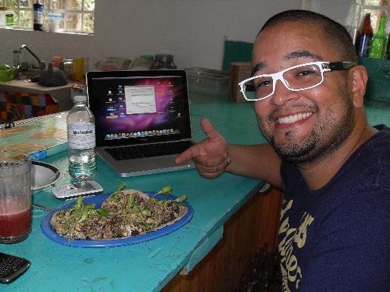 El Jardin de Frida: Mi novio Julian comiendo los deliciosos tacos de Rafa =))