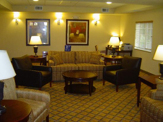 Candlewood Suites Fort Myers Sanibel / Gateway: Relax in the Living Room