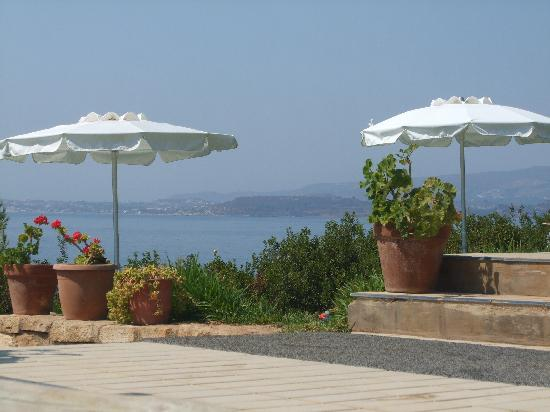 White Rocks Hotel & Bungalows: view of the sea from the pool area