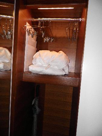 โรงแรมดรีมดาว์นทาว์น: Closet space for newborn clothes