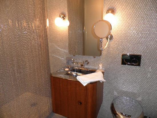 โรงแรมดรีมดาว์นทาว์น: Nice bathroom, no towel bars
