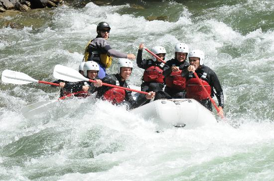 Sort, España: Edu guiding down the rapids!