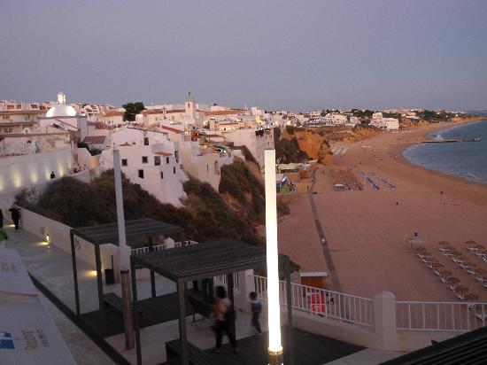 Rocamar Exclusive Hotel & Spa: abendlicher Blick vom Hotel auf Albufeira und den Strand