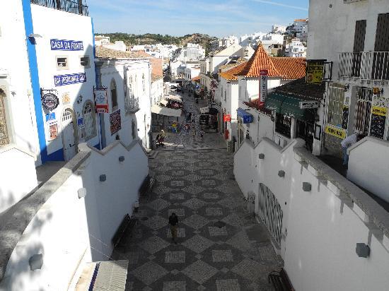 Centro Histórico de Albufeira: Die Haupt-Einkaufsstraße von Albufeira, die in einem Tunnel zum Strand mündet