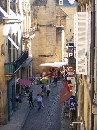 La Villa des Consuls: view from balcony as market sets up