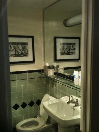 The Georgian Hotel: Bathroom