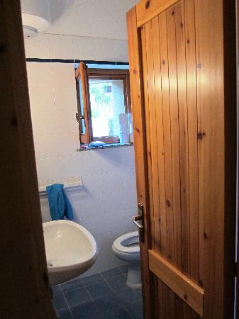 Costa Paradiso, Italy: l'angusto bagno. Meno male che eravamo magri, se no sarebbe stato un problema serio.