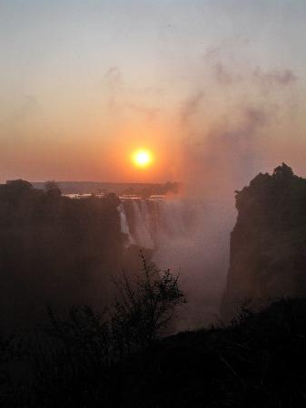 Mosi-oa-Tunya / Victoria Falls National Park: Dawn over the Falls