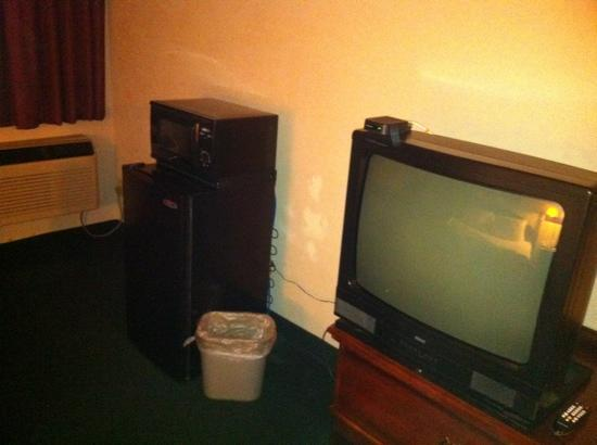 Super 8 Chambersburg I-81: Tv, micro & fridge