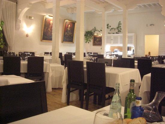 Meson Casas Colgadas : The classical dining room
