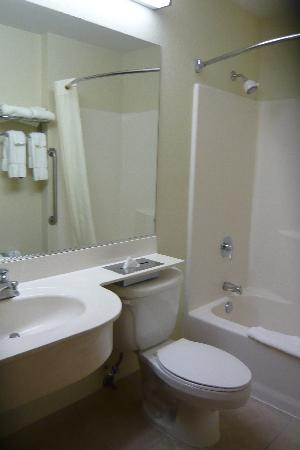 GuestHouse Inn & Suites Seaside: Bathroom