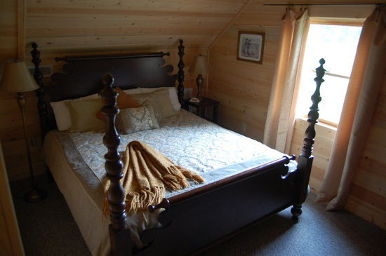 Telliquah Falls Log Cabins: Master BR with bath on 2nd flr