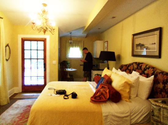 Black Walnut Bed and Breakfast Inn: Magnolia Suite