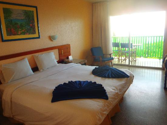 Plymouth, Tobago: Our room - comfy bed, nice color