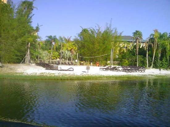 โลวส์รอยัลแปซิฟิกรีสอร์ท แอท ยูนิเวอร์แซล: One of the larger beach areas.