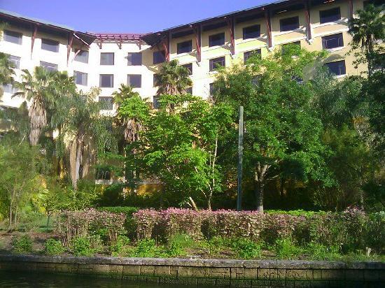 โลวส์รอยัลแปซิฟิกรีสอร์ท แอท ยูนิเวอร์แซล: A view of the resort while coming back to the hotel on the boat.