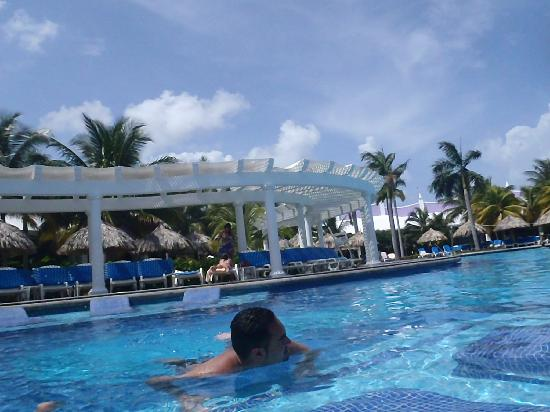 Hotel Riu Montego Bay: lounge chairs in pool