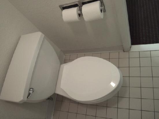 Masters Inn Tuscaloosa: toilet