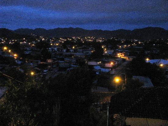 Cabañas Miardor del Valle: Vista nocturna de San Cristobal desde la cabaña
