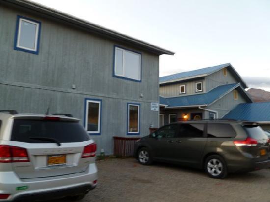 Denali Lakeview Inn: The entrance.