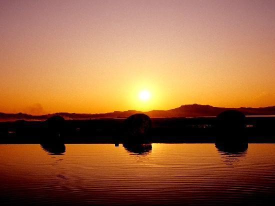 Bagan Thiripyitsaya Sanctuary Resort : sunset at the pool