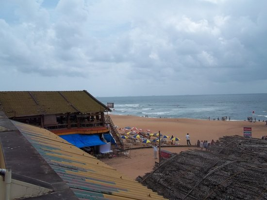 Calangute, India: beach and beachside restaurant