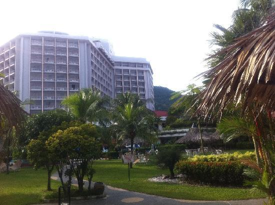 Bayview Beach Resort : View of hotel from gardens