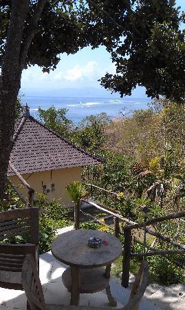 Lembongan Cliff Villas: View to Shipwrecks surf break