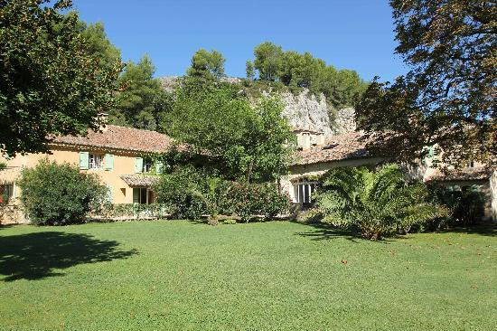 Moulin de la Roque: vue du jardin