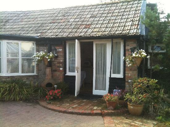 Fenstanton, UK: French doors into the kitchen/diner with bathroom on the right