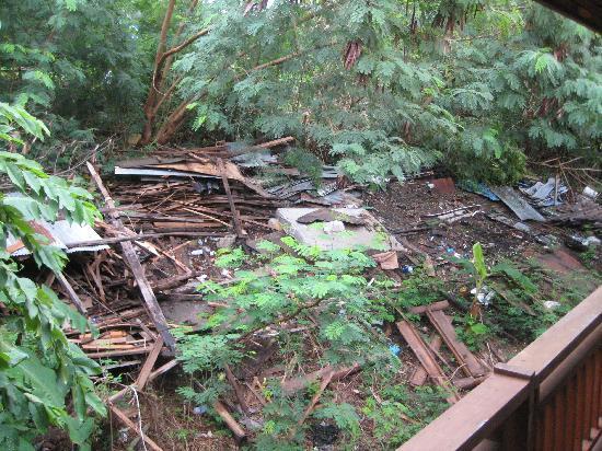 Phuttachot Resort: Müllhalde direkt hinter dem Hotel am Hang