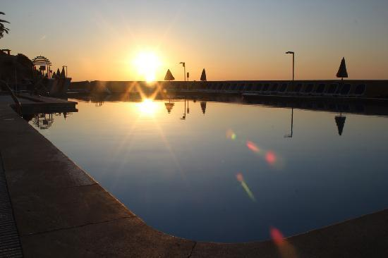 SENTIDO Cala Vinas: Sunrise over the pool area