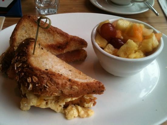 Hotel Bellevue: こちらもジム隣接のカフェでの朝食