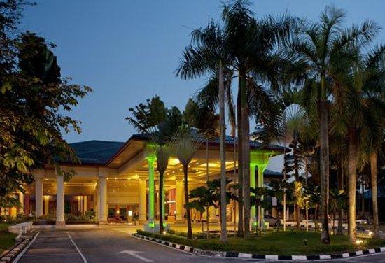 Holiday Inn Kuala Lumpur Glenmarie: The Hotel Exterior