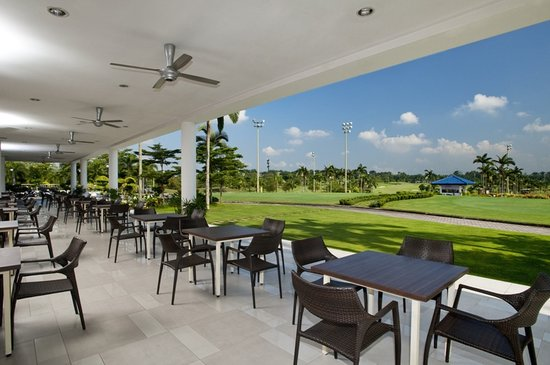 Holiday Inn Kuala Lumpur Glenmarie: Famous for local cuisine and Golfers- Garden Terrace overlook the lush green two 18 holes Golf C