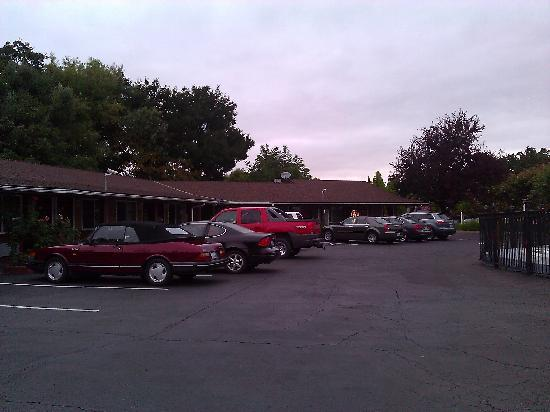 Muir Lodge Motel - Parking Lot