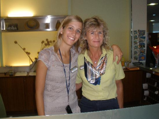 Hotel & Spa Ferrer Concord: Julia Haelbig, Guest Manager (links) und Rezeptionistin