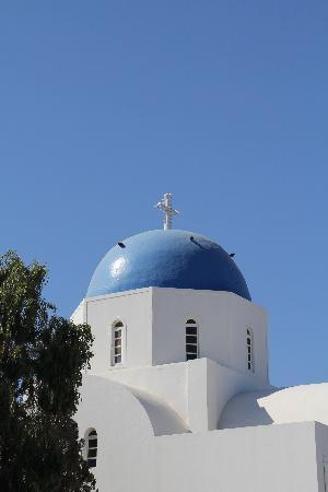 Santorini Facile Fira Rooms: The blue domes are typical of Santorini